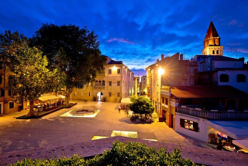 Place de cinq puits dans la vue de nuit de Zadar photo libre de droits