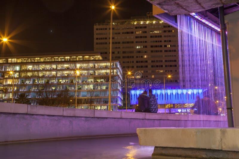 Place de deux points de fontaine de centre d'art de Fernan Gomez la nuit images stock