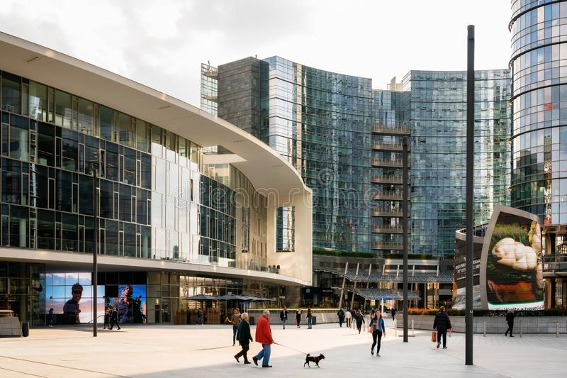 Place de Gael Aulenti au district des affaires moderne, Milan image stock