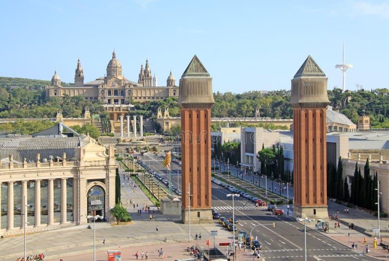 Place de l'Espagne avec les tours vénitiennes et du Musée National de l'art à Barcelone, Espagne images stock