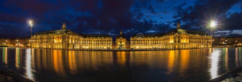 Place de la Bourse晚上全景在红葡萄酒 免版税库存照片