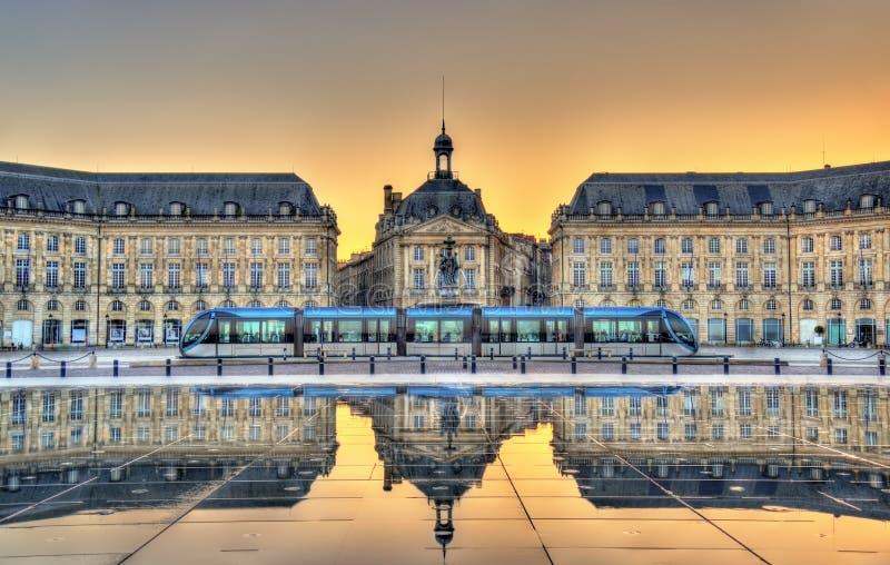 Place de la Bourse que refleja del espejo del agua en Burdeos, Francia foto de archivo