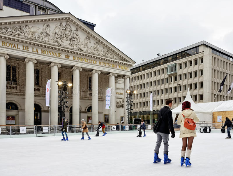 Place de la Monnaie oder Muntplein mit Eisbahn lizenzfreie stockfotografie