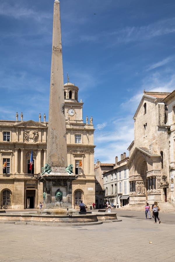 Place de la Republique, Brunnen und Rathaus in Arles Bouches DU Rhône, Frankreich lizenzfreie stockfotos