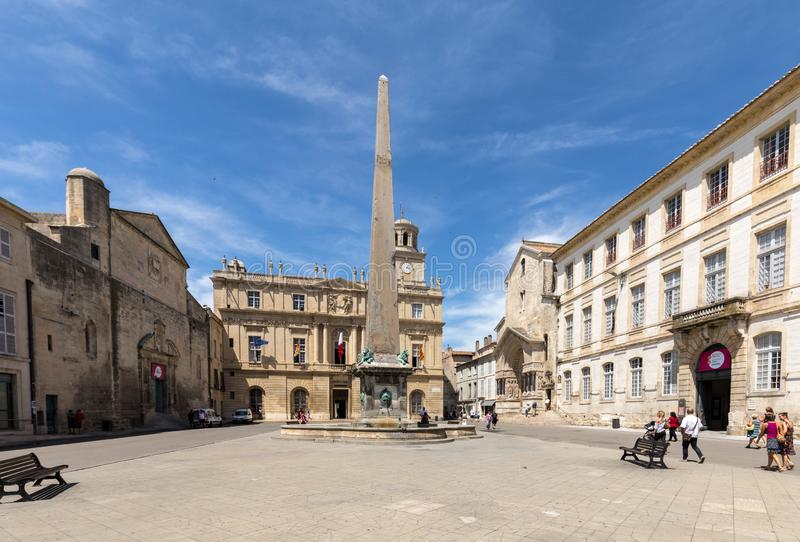 Place de la Republique, fuente y ayuntamiento en Arles Bouches du Rhone, Francia imagen de archivo