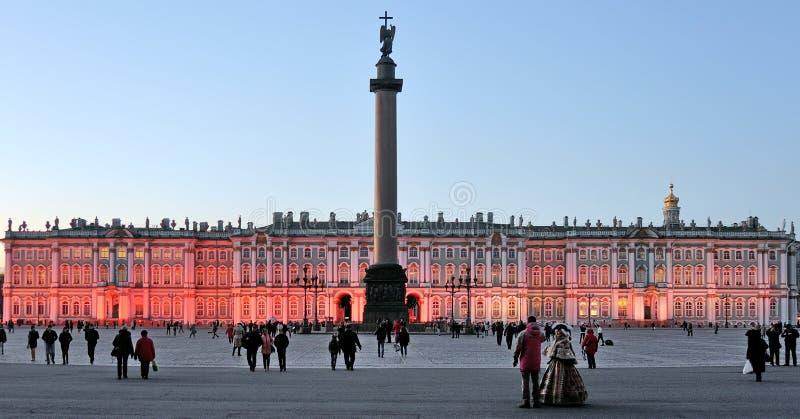 Place de palais et Alexander Column devant l'ermitage à St Petersburg photo libre de droits
