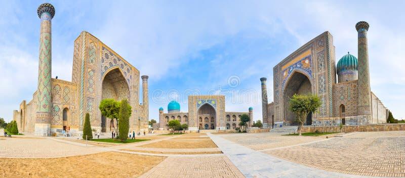 Place de Registan de panorama avec trois madrasahs à Samarkand image libre de droits