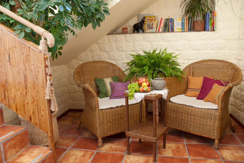 Place de repos avec les meubles en osier photos libres de droits