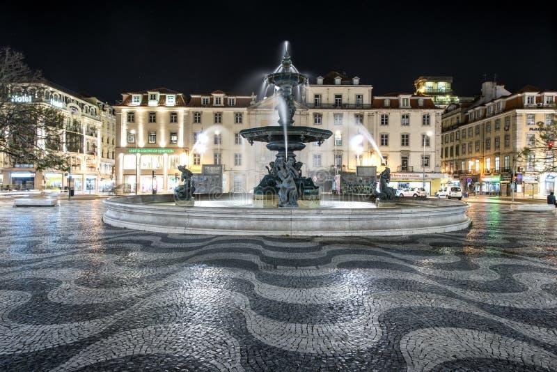 Place de Rossio à Lisbonne par nuit photographie stock libre de droits