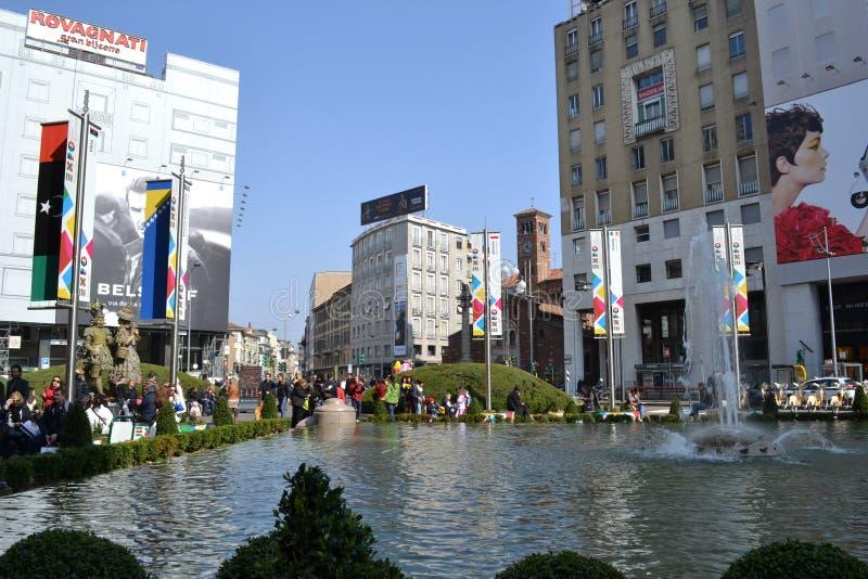 Place de San Babila décorée pour l'EXPO Milan 2015 et des événements de carnaval photos stock