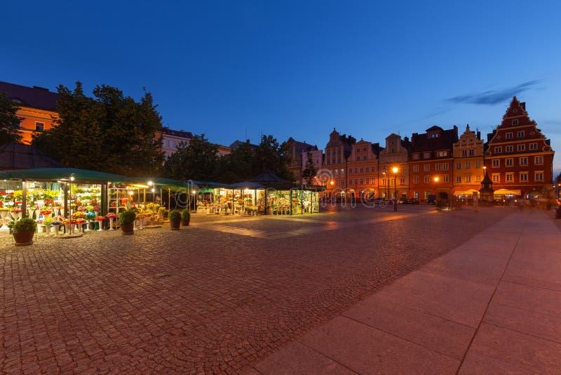 Place de Solny Marché de fleur à Wroclaw dans la vieille ville Vue de nuit photographie stock