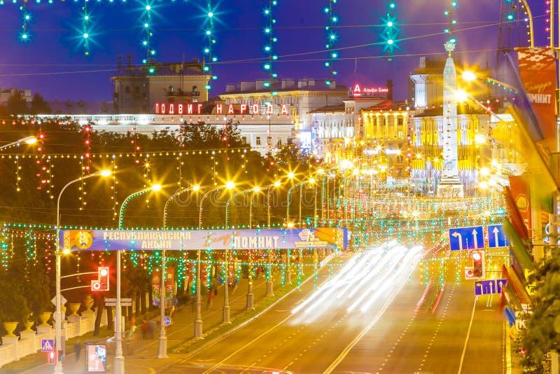 Place de victoire brillamment illuminée en vacances, ville de Minsk photographie stock libre de droits