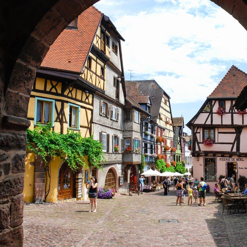 Place de ville de Riquewihr en Alsace image libre de droits