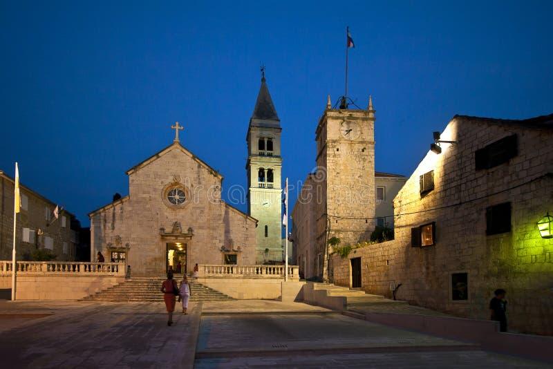 Place devant l'église dans Supetar photographie stock
