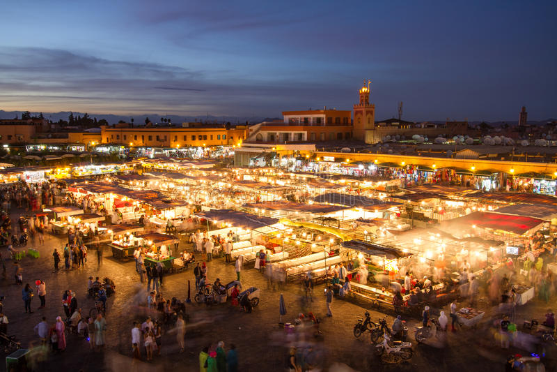 Place du marché d'EL Fna de Jamaa au crépuscule, Marrakech, Maroc, Afrique du Nord photo stock
