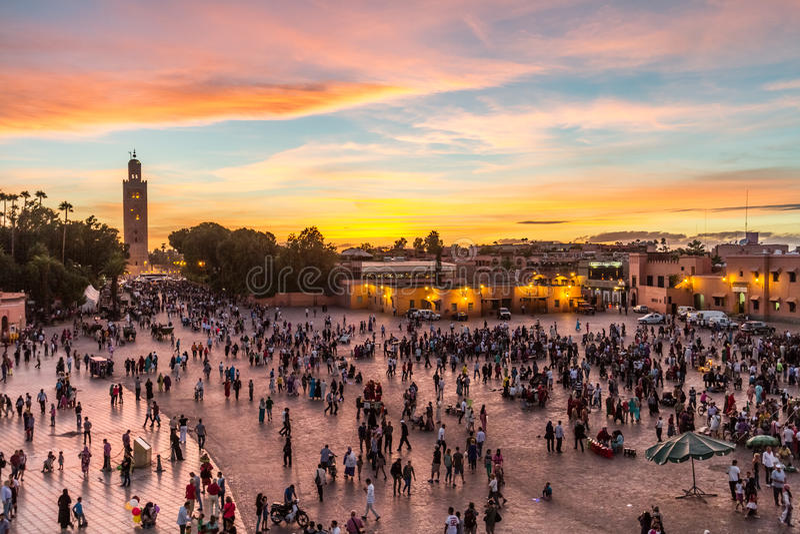Place du marché d'EL Fna de Jamaa dans le coucher du soleil, Marrakech, Maroc, Afrique du Nord photo libre de droits