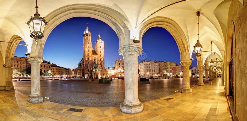 Place du marché de Cracovie, Cracovie la nuit, cathédrale, Pologne image libre de droits