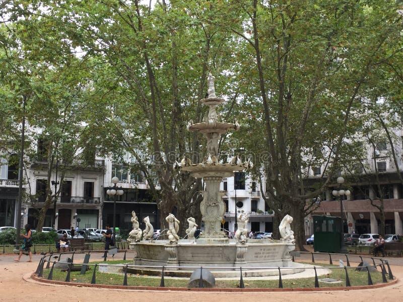 Place entourée par des statues et des arbres photo libre de droits