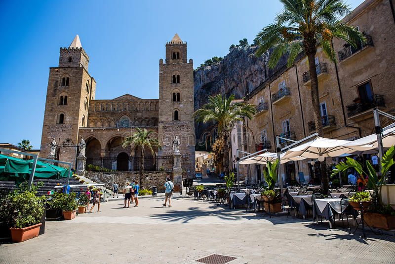 Place et vieille église dans la ville sicilienne de Cefalu image libre de droits