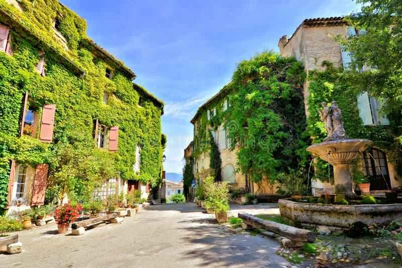 Place feuillue dans un beau village en Provence, France photographie stock libre de droits