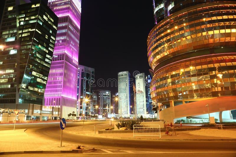 Place financière dans Doha la nuit, Qatar images libres de droits