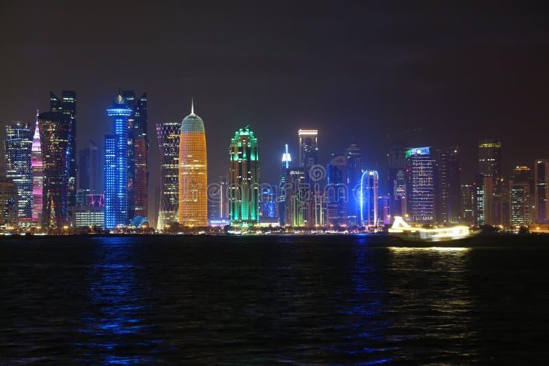 Place financière dans la ville de Doha la nuit, Qatar photographie stock libre de droits