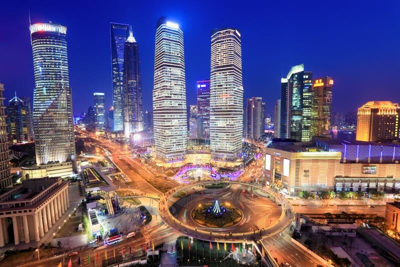 Place financière de lujiazui de Changhaï en soirée photo libre de droits