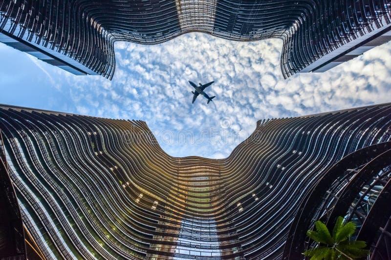 Place financière de métropole moderne avec l'avion de vol images stock