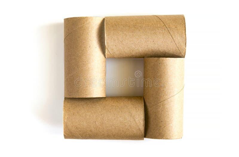 Place formée de quatre tubes de papier de carton sur le fond blanc Plan rapproché des rouleaux de papier hygiénique vides, vue su photo stock