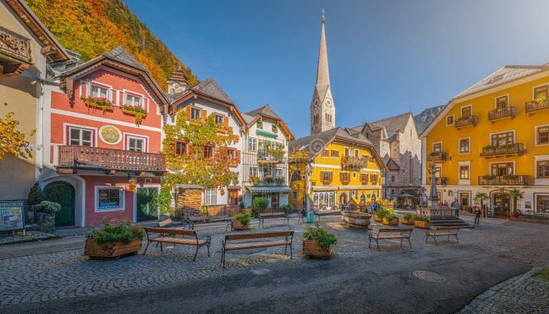 Place historique de Hallstatt avec les maisons colorées, Salzkammergut, Autriche image libre de droits