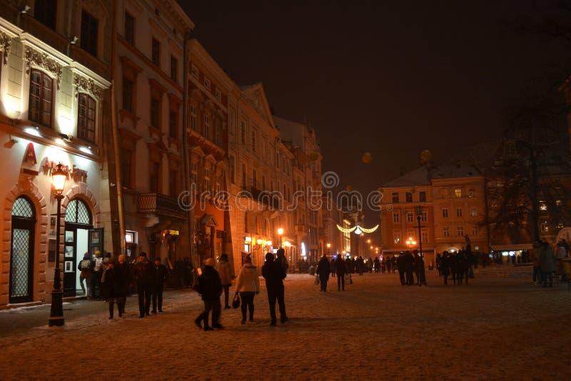 Place Lviv du marché de nuit d'hiver photographie stock libre de droits