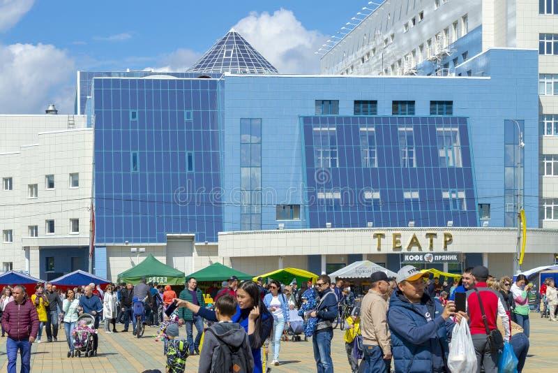 Place nationale de théâtre de beaucoup de personnes pendant les vacances Front View image stock