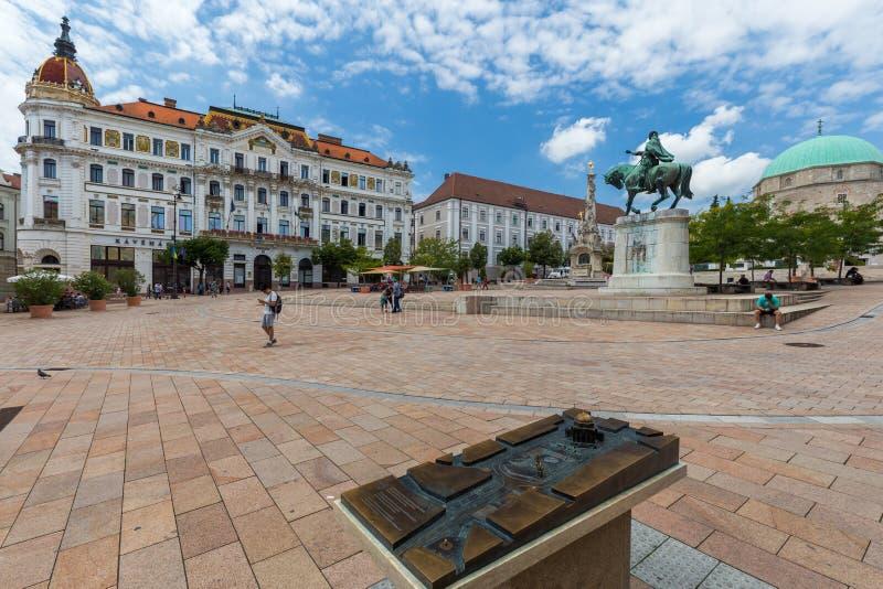 Place principale à Pecs (place de Szechenyi), en Hongrie du sud photos libres de droits