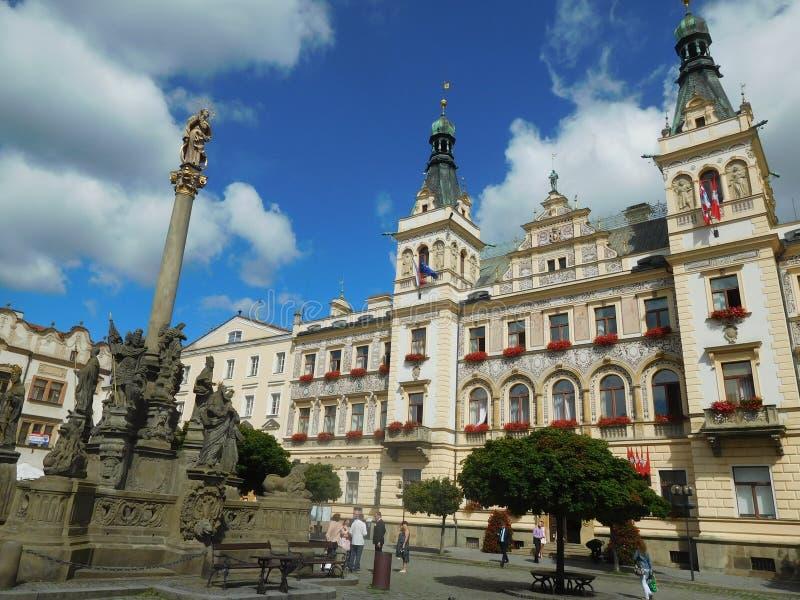 Place principale dans Pardubice de Bohème avec le ville-hall photographie stock
