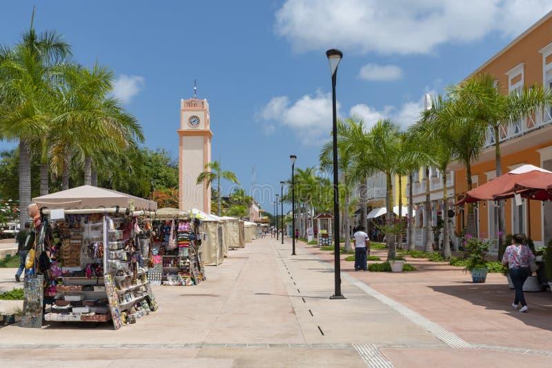 Place principale de Cozumel avec des cabines de vendeur de souvenir, tour d'horloge et images libres de droits