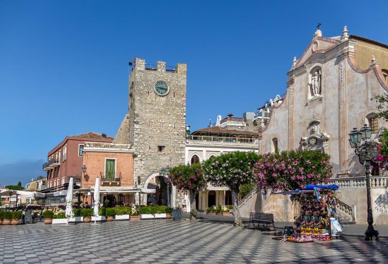 Place principale de Taormina avec San Giuseppe Church et la tour d'horloge - Taormina, Sicile, Italie photographie stock libre de droits