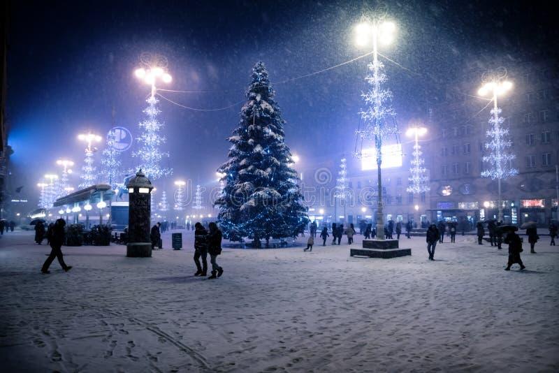 Place principale de Zagreb la nuit avec les arbres de Noël éclairés bleus pendant la tempête de neige, Croatie image stock