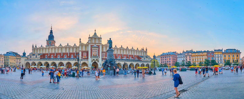 Place principale du marché de Cracovie pendant les crépuscules, Pologne photo stock