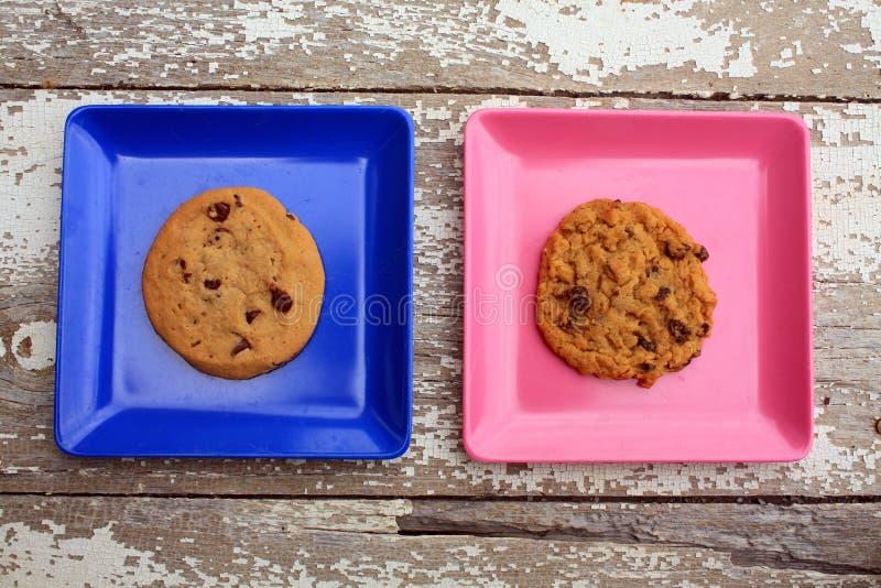 Place rose et bleue avec des plats avec des biscuits image libre de droits