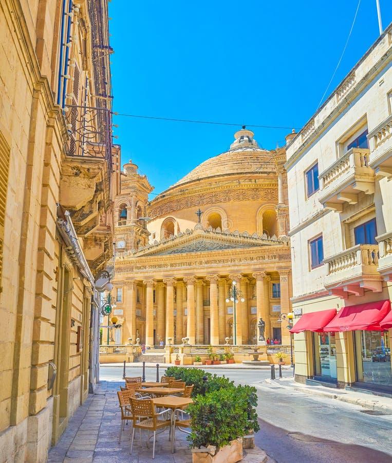 Place rotunda avec son point de repère principal - basilique de l'acceptation de notre Madame, Mosta image stock