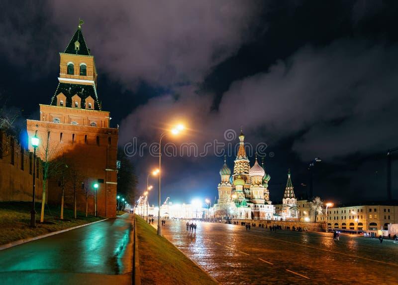 Place rouge avec la nuit de Basil Cathedral Moscow de saint de murs de Kremlin image stock