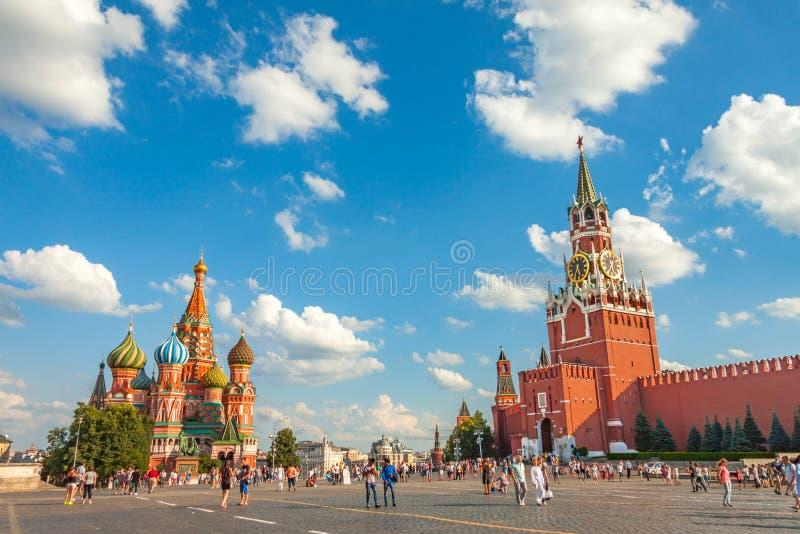 Place rouge pendant l'été, la vue de la tour de Spasskaya et le Basil la cathédrale bénie photos stock