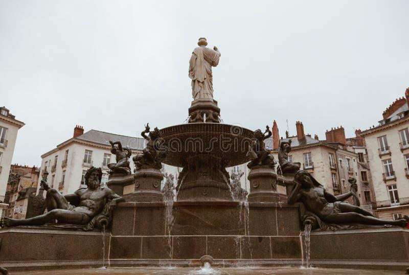 Place royale avec la fontaine dans la ville de Nantes en France image libre de droits