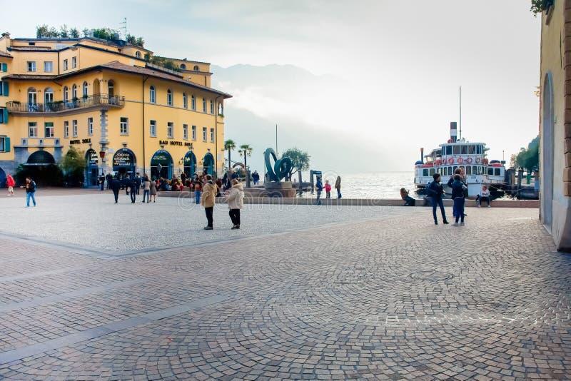 Place trois novembre de Riva del Garda photos libres de droits