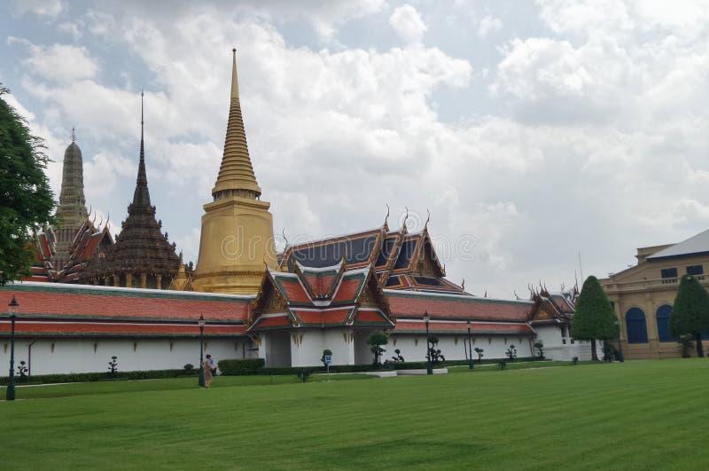 Place verte de pelouse dans le palais grand, Bangkok, Thaïlande image libre de droits