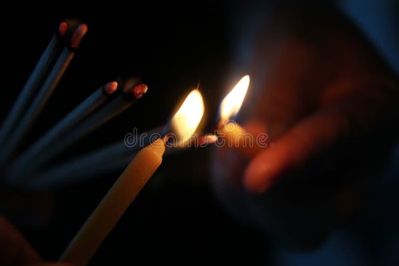 Placement de l'encens allumé avec le cadre de lampe pour le culte Bouddha photos libres de droits
