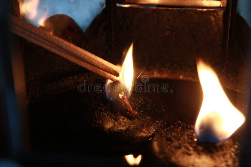 Placement de l'encens allumé avec le cadre de lampe pour le culte Bouddha images stock