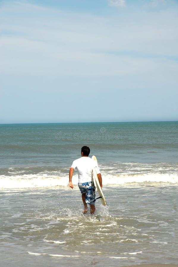 Placer de las personas que practica surf foto de archivo libre de regalías