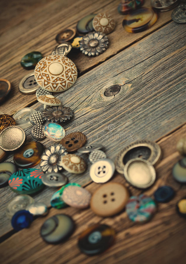 Placer des boutons de vintage sur les conseils âgés images libres de droits