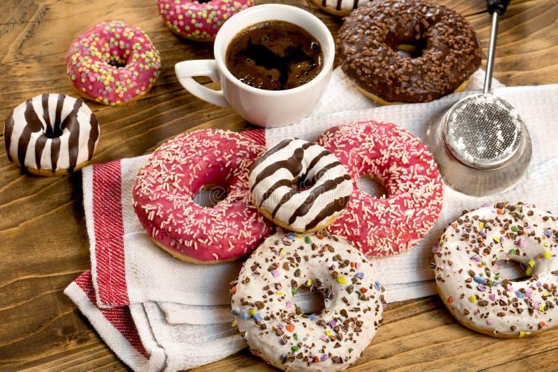 Placer dulce para su gusto - buñuelo y taza americanos de coffe foto de archivo libre de regalías